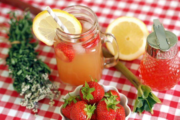 Sommer im Glas: Erdbeer-Rhabarber-Sirup mit Waldmeister